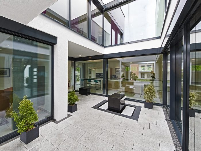 Blick in das Atrium des Musterhauses Bad Vilbel (Foto: OKAL Haus GmbH)